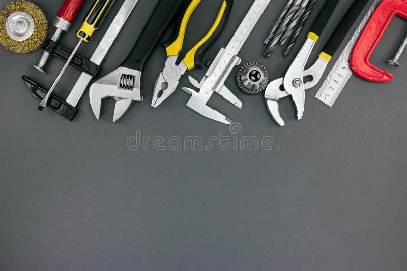 Alicates y llaves ajustables, regla, abrazadera, calibrador a vernier encendido imagen de archivo libre de regalías