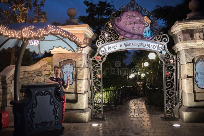 Alice in het Labyrint van het Sprookjesland in Shanghai Disneyland, China stock fotografie
