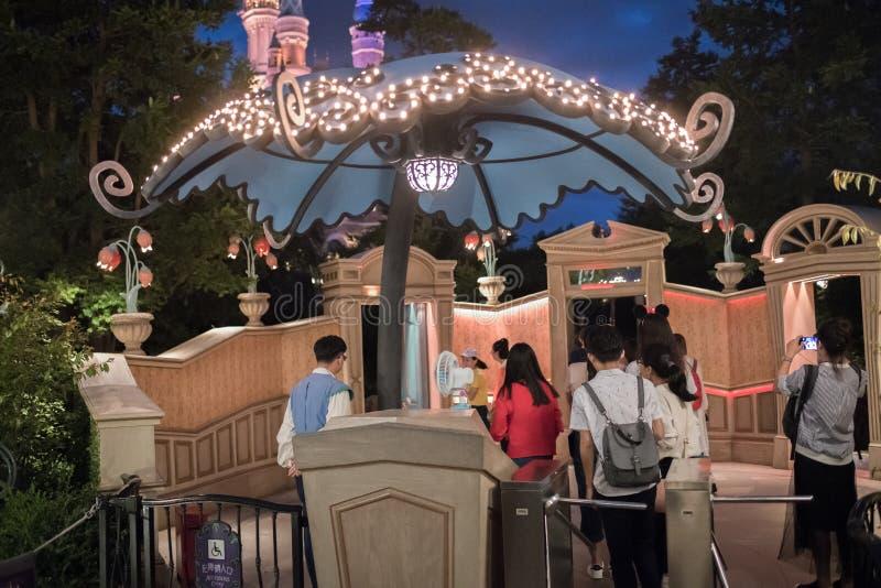 Alice in het Labyrint van het Sprookjesland in Shanghai Disneyland, China stock afbeelding