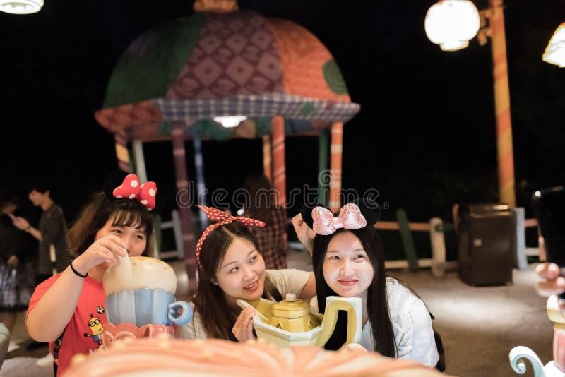Alice in het Labyrint van het Sprookjesland in Shanghai Disneyland, China stock foto