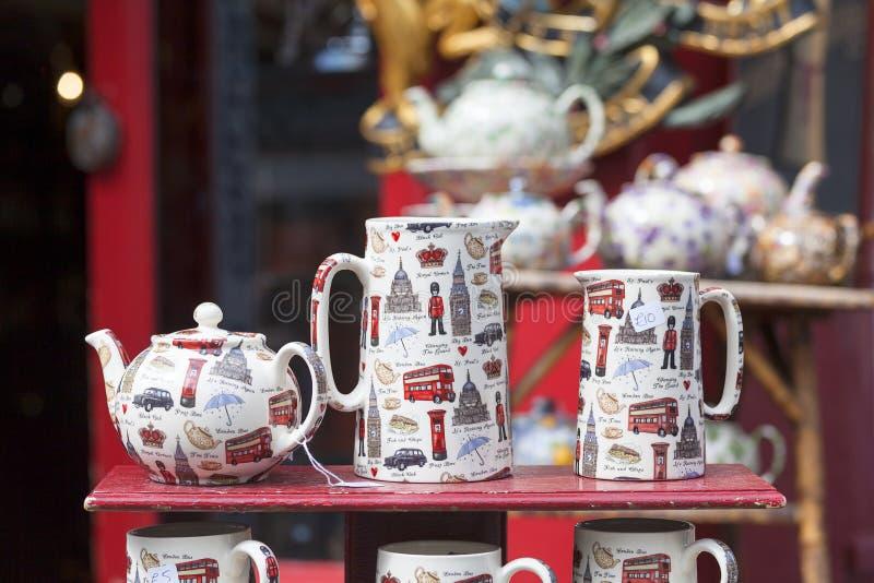 Alice ` s shoppar, berömt antikt shoppar på den Portobello vägen, shopwiindow, London, Förenade kungariket royaltyfri fotografi