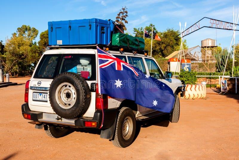 Alice Springs, Australia - 29 de diciembre de 2008: Coche campo a través con la situación australiana de la bandera cerca del par fotografía de archivo libre de regalías