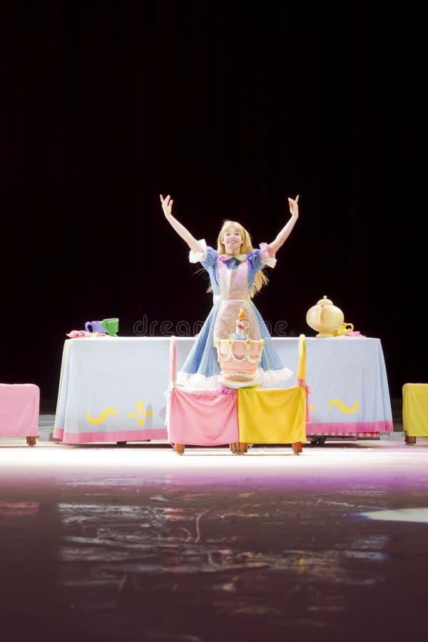 Alice w krainie cudów przy stołem zdjęcie royalty free