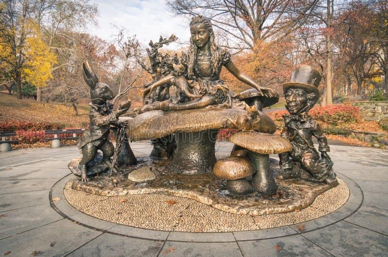 Alicia en el monumento en Central Park - Nueva York del país de las maravillas foto de archivo libre de regalías