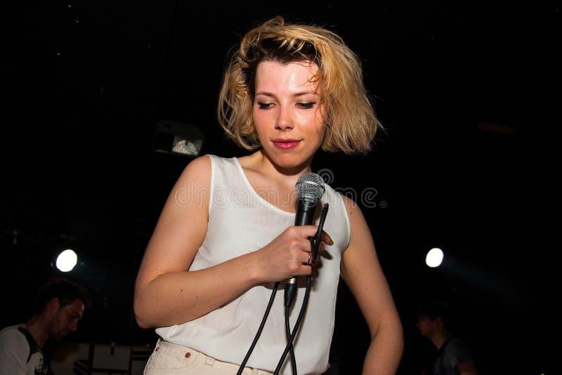 Alicia Huertas (aka Tigs), cantante delle labbra di masticazione immagine stock