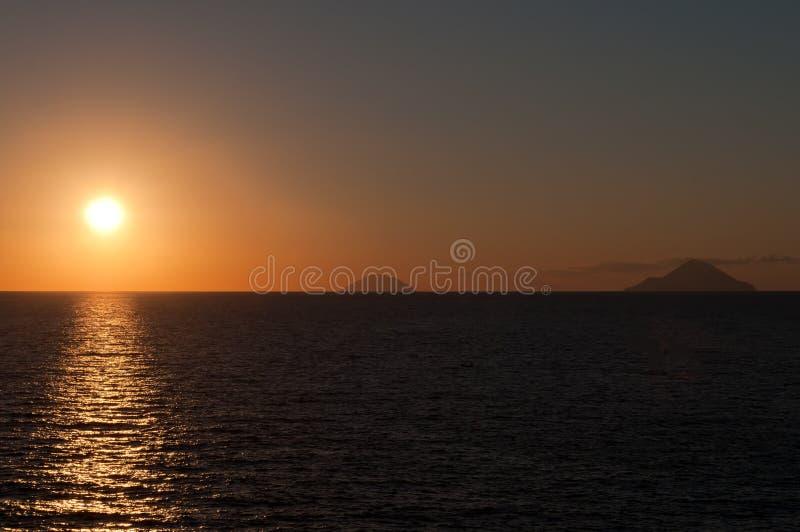 Alicudi och Filicudi öar på solnedgången royaltyfria bilder