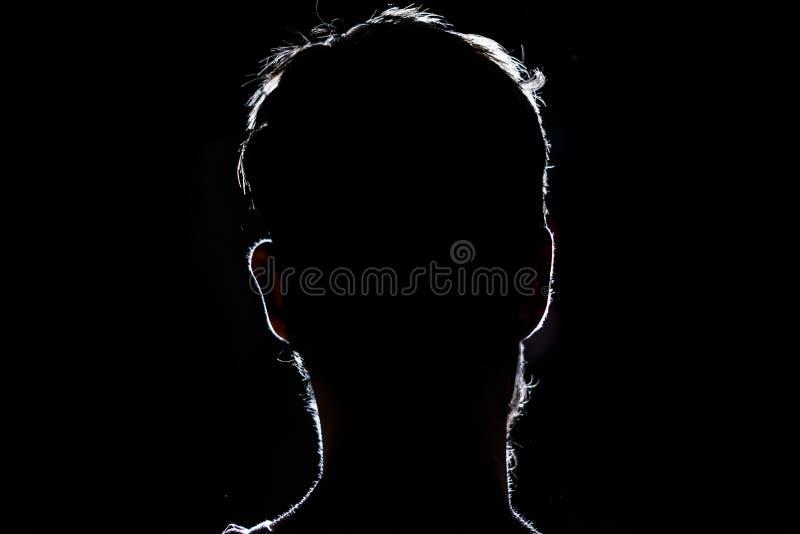 Aligere la silueta del retrato de una cabeza humana en el fondo oscuro foto de archivo