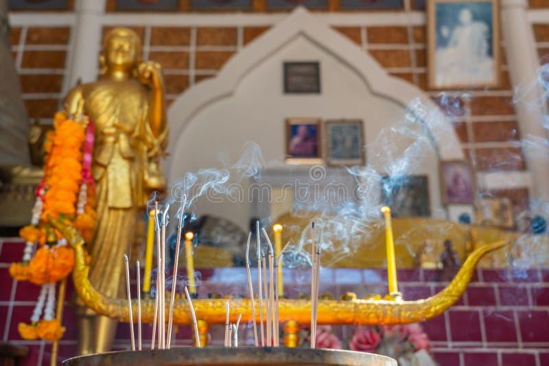 Aligere los palillos y las velas del incienso imágenes de archivo libres de regalías