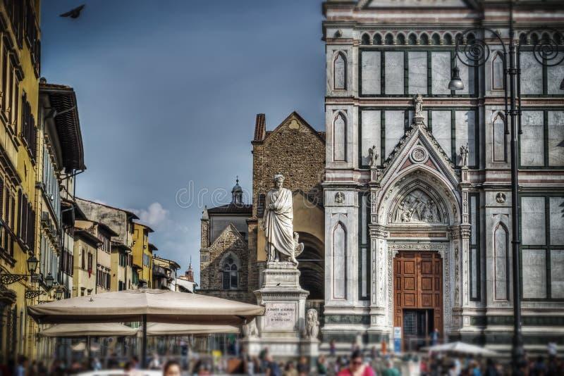 Alighieristandbeeld en Santa Croce-kathedraal in Florence in schuine stand s stock afbeelding