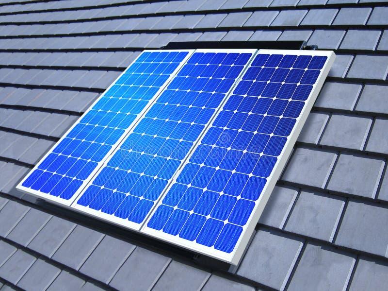 Alignement à cellules solaires sur le toit photographie stock