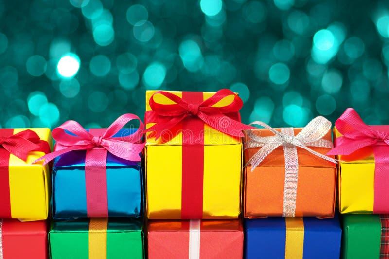 Alignement des cadeaux colorés. photos stock