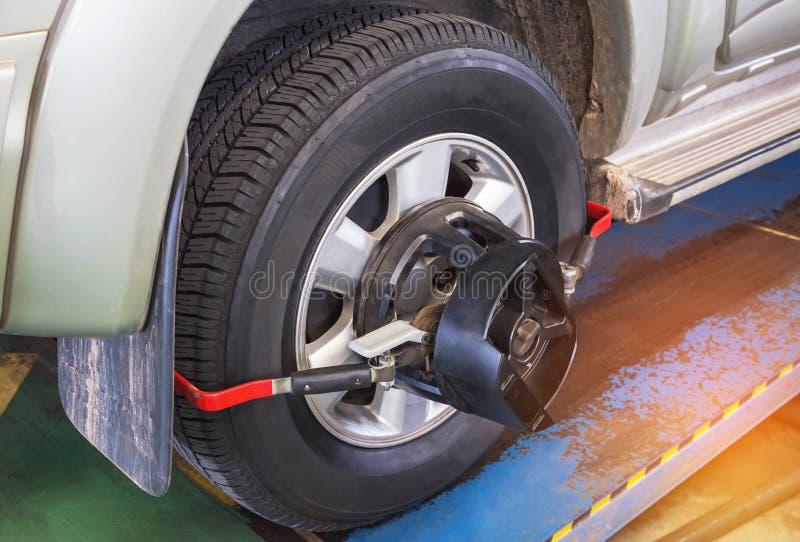 Alignement des roues de voiture photos libres de droits