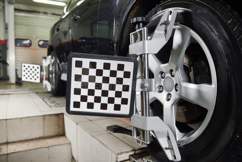 Alignement des roues de voiture d'automobile photos libres de droits