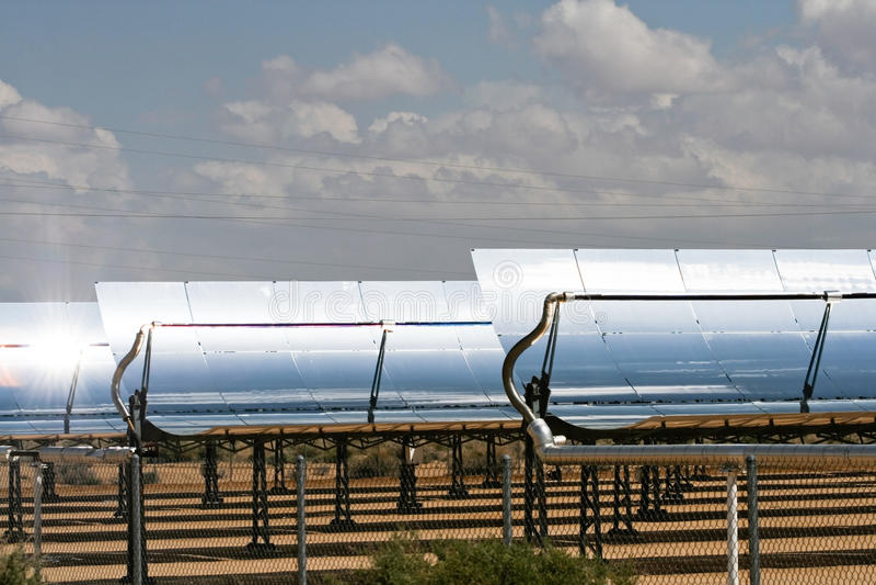 Alignements massifs de panneau solaire images stock