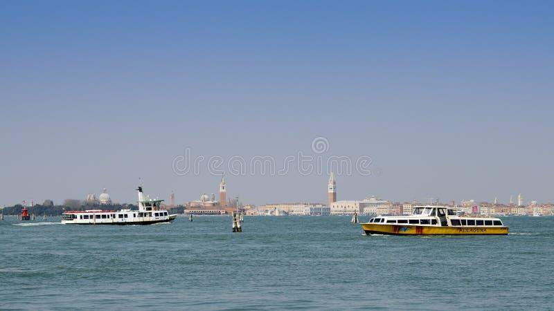 Alilaguna vattenbuss på den Venetian lagun royaltyfria bilder