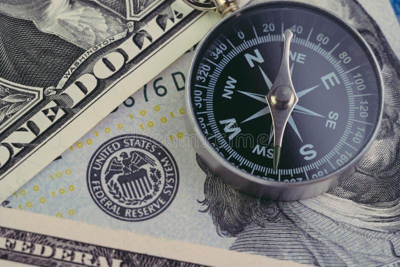 ALIMENTÉ, Federal Reserve de la direction de gouvernement des USA sur le concept de taux d'intérêt, boussole sur le billet de ban images libres de droits