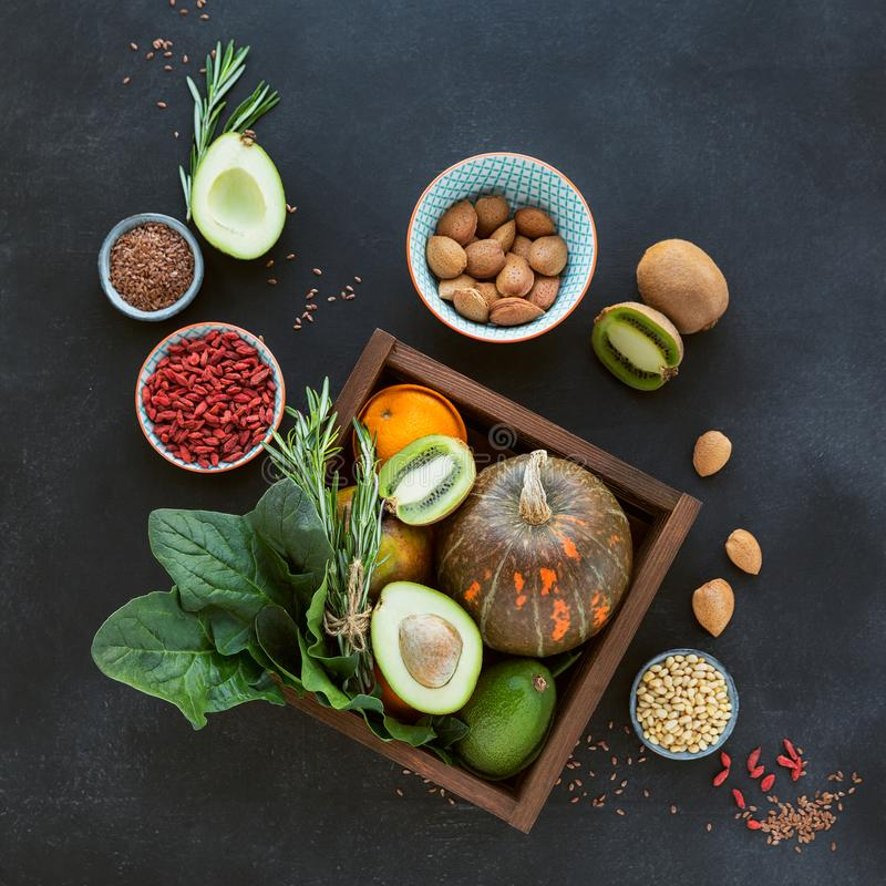 Aliment biologique sain d'agriculteur : fruit, légumes, graines, superfood photo libre de droits