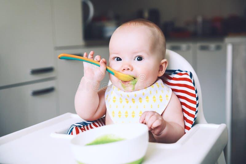 alimentação Baby' alimento contínuo de s primeiro fotografia de stock royalty free
