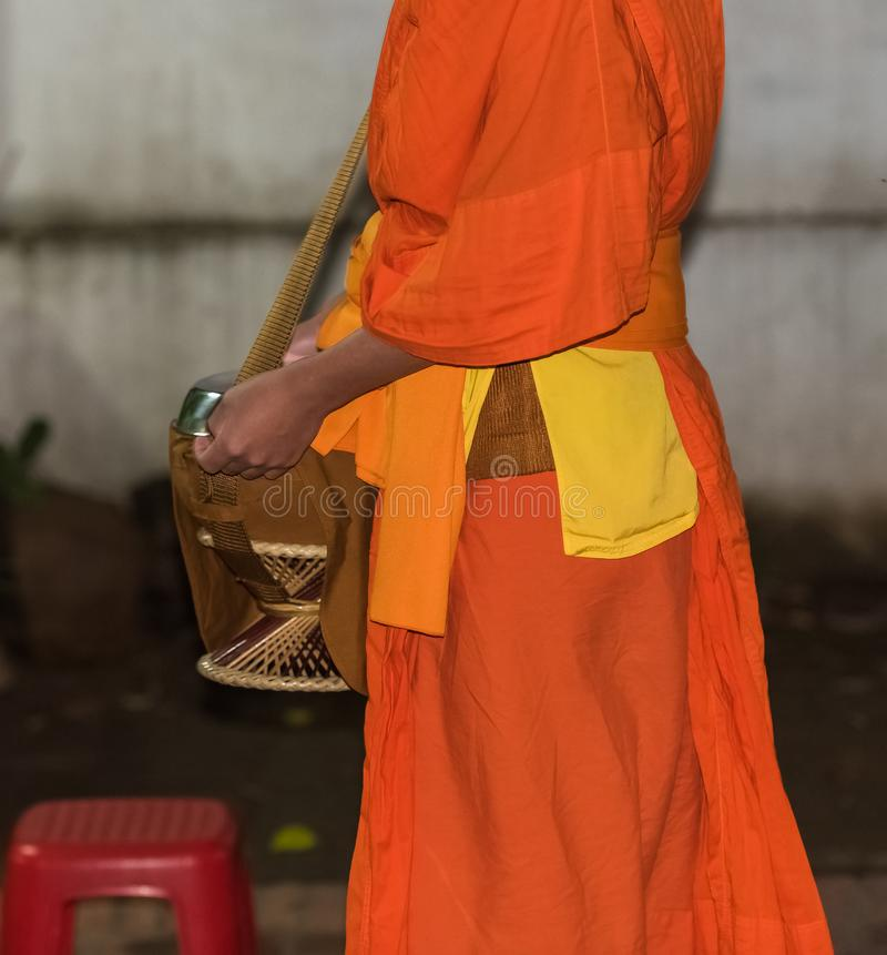 Alimentación de los monjes El ritual se llama Tak Bat, Luang Prabang, Laos Primer fotografía de archivo