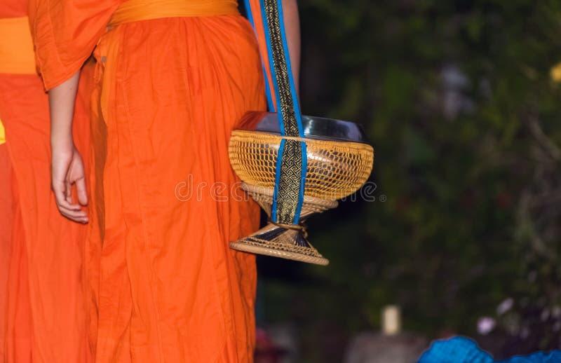 Alimentación de los monjes El ritual se llama Tak Bat, Luang Prabang, Laos Primer foto de archivo libre de regalías
