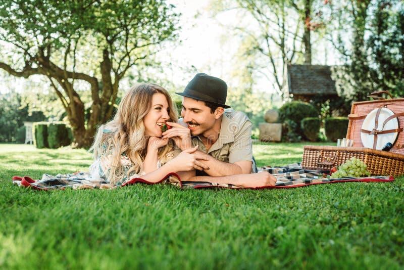 Alimentación de su novia con la fresa imagen de archivo libre de regalías