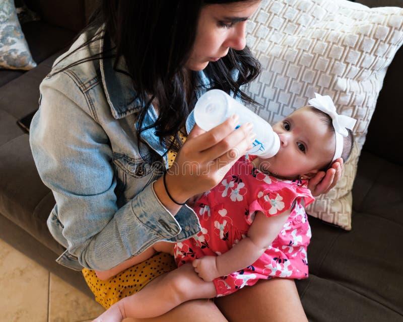 Alimentación hermosa del bebé fotos de archivo libres de regalías