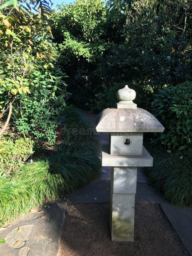Alimentador chinês de pedra do pássaro do pagode do jardim fotografia de stock royalty free