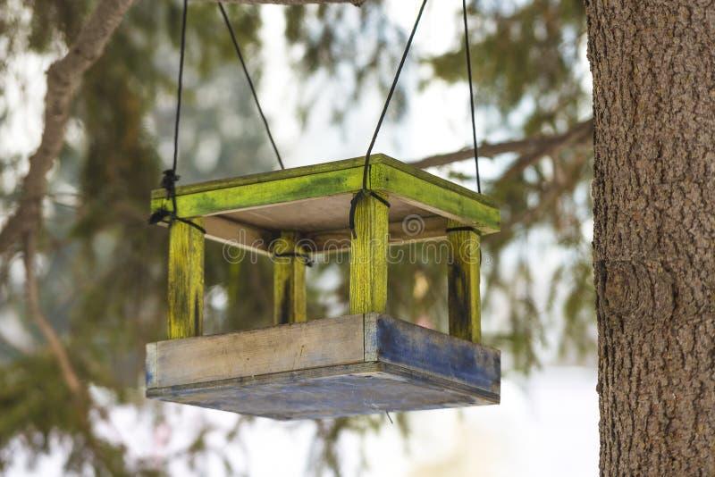 Alimentador de madera del pájaro imagenes de archivo