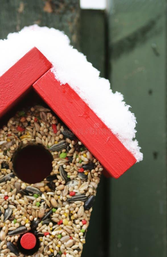 Alimentador do pássaro na neve fotografia de stock royalty free