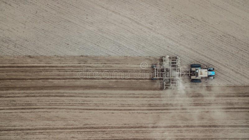 Alimentador que ara el campo Fotograf?a a?rea de la agricultura con el abej?n Copyspace imagen de archivo libre de regalías