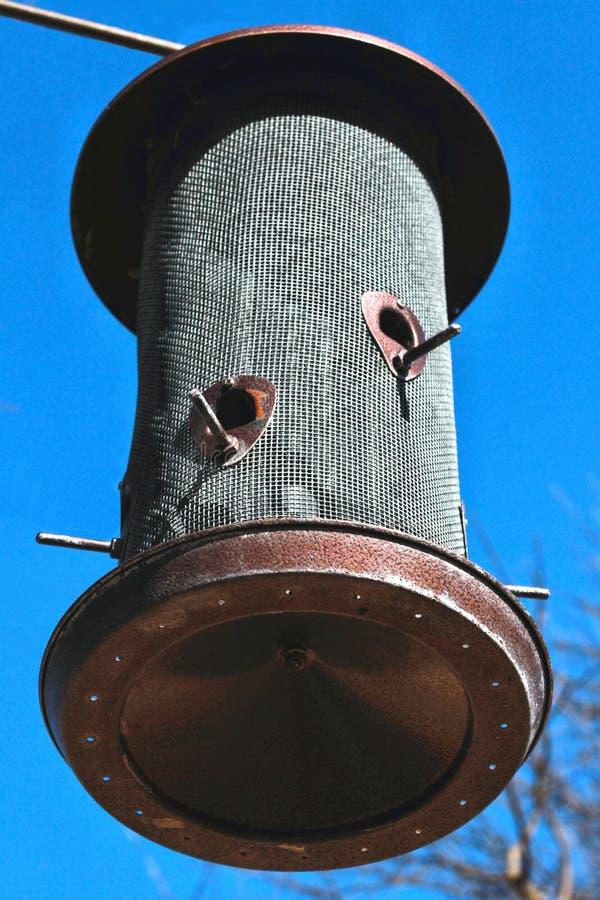 Alimentador redondo do pássaro da rede de arame e do metal com varas pequenas imagem de stock
