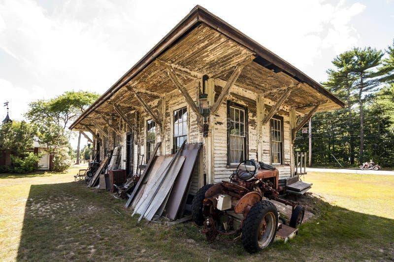 Alimentador viejo en una granja imágenes de archivo libres de regalías