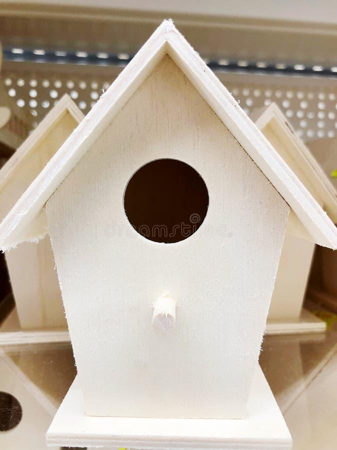 Alimentadores de madeira para pássaros e animais pequenos Alimentadores da árvore para pássaros de alimentação foto de stock