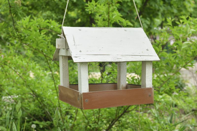 Alimentadores do pássaro da casa do pássaro foto de stock royalty free