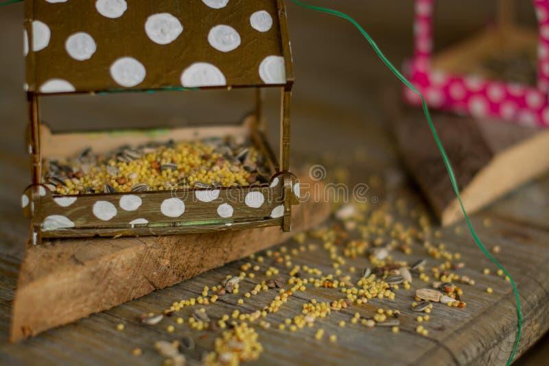Alimentadores para que pájaros alimenten fotografía de archivo libre de regalías