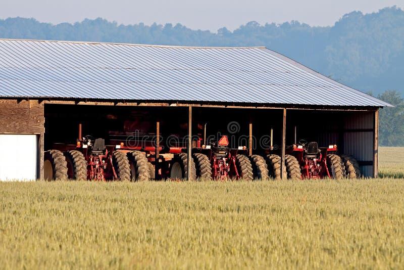 Alimentadores y campo de trigo estacionados foto de archivo libre de regalías