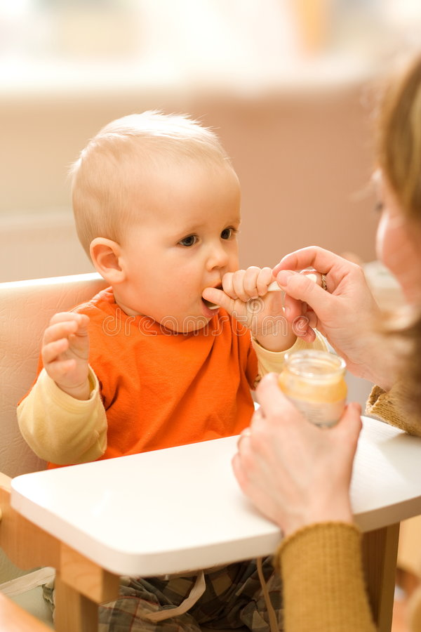 Alimentando um bebé pequeno fotografia de stock