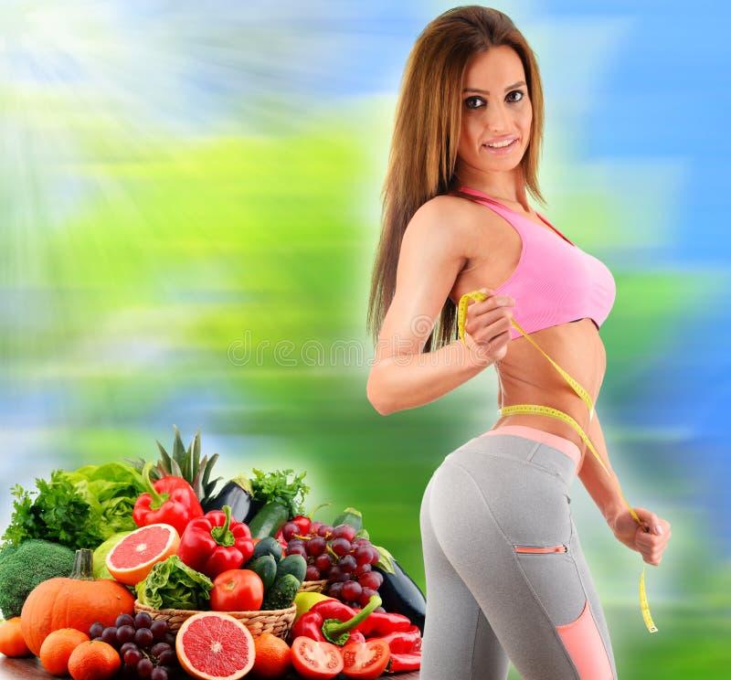 Alimentation équilibrée basée sur les légumes et les fruits organiques crus photo stock