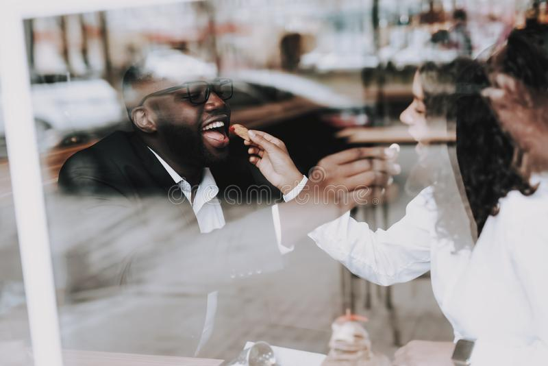 Alimentation de type et de fille Homme de couleur datte Café photos stock