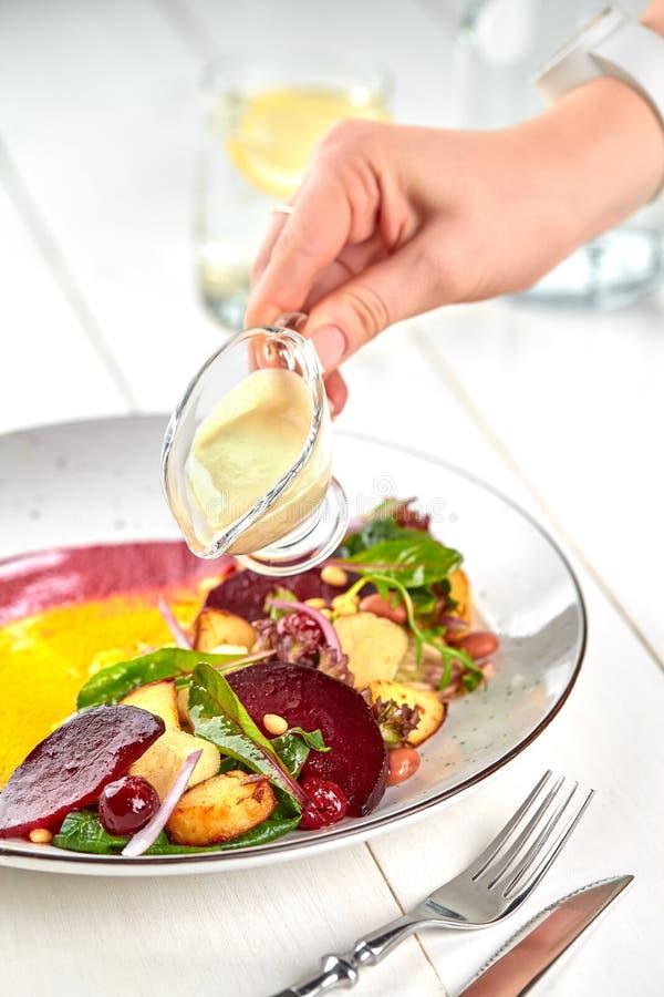 Alimentation saine : salade colorée de betteraves avec des pommes de terre et des feuilles déchiquetées image stock