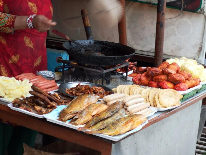 Alimentation traditionnelle dans les rues au Népal photographie stock libre de droits
