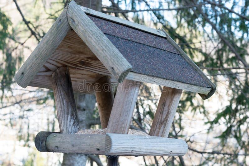 Alimentatore di uccelli nel parco cittadino fotografia stock