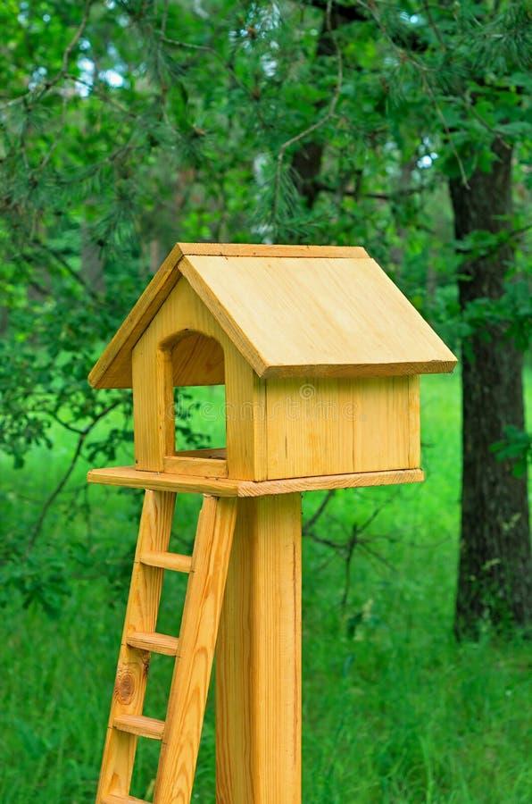Alimentatore per gli scoiattoli: casa di legno con le scale fotografie stock