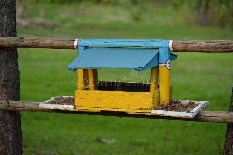 Alimentatori dell'uccello immagine stock