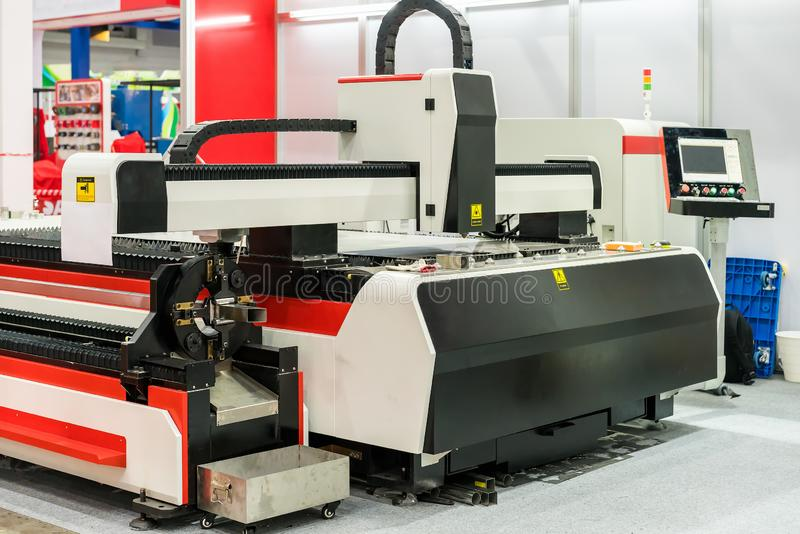 Alimentazione automatica e premere per il tubo quadrato per la tagliatrice del laser della lamina di metallo di alta precisione fotografia stock
