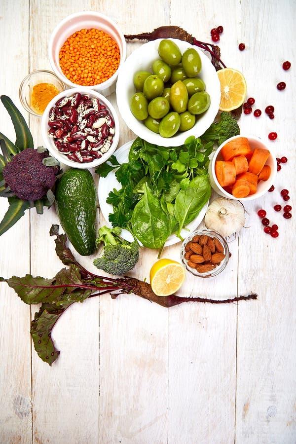 Alimentazione dietetica equilibrata per il fegato, concetto sano e pulito di alimentazione su fondo di legno bianco Dieta di deto immagini stock libere da diritti