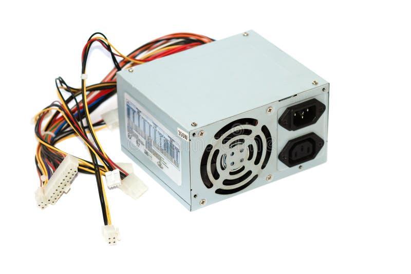 Alimentazione elettrica grigia per il computer con l'unità dei cavi per il pc su fondo bianco fotografia stock