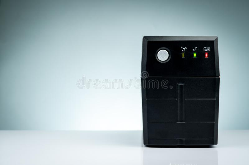 Alimentazione elettrica ininterrotta Cicli iniziali di sostegno con la batteria isolata sulla tavola UPS per il PC Attrezzatura p fotografie stock