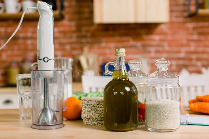 Alimentazione equilibrata, cucina, culinaria e alimentare - chiusura di verdure, frutta, riso, olio d'oliva, frullatore di legno fotografie stock libere da diritti