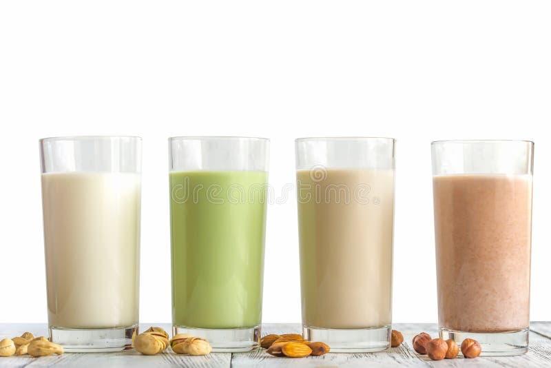 Alimentazione sana, latte di diversi tipi di frutta a guscio fotografia stock